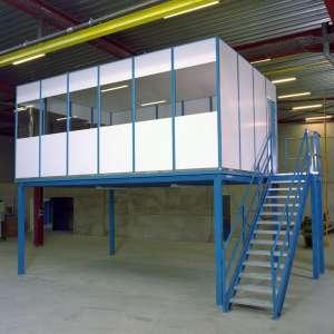 Lagerbühne mit Büro oben